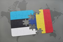 déconcertez avec le drapeau national de l'Estonie et du confetti sur une carte du monde Photos libres de droits