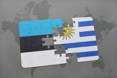 déconcertez avec le drapeau national de l'Estonie et de l'Uruguay sur une carte du monde Photos stock