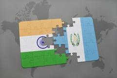 déconcertez avec le drapeau national de l'Inde et du Guatemala sur un fond de carte du monde Image libre de droits