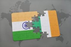 déconcertez avec le drapeau national de l'Inde et de l'Irlande sur un fond de carte du monde Photographie stock libre de droits