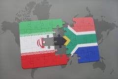 déconcertez avec le drapeau national de l'Iran et de l'Afrique du Sud sur un fond de carte du monde Photos stock