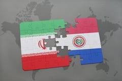 déconcertez avec le drapeau national de l'Iran et du Paraguay sur un fond de carte du monde Photographie stock libre de droits
