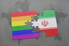 déconcertez avec le drapeau national de l'Iran et le drapeau gai d'arc-en-ciel sur un fond de carte du monde Images libres de droits