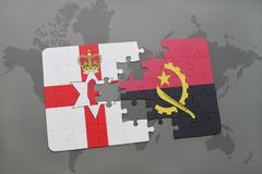déconcertez avec le drapeau national de l'Irlande du Nord et de l'Angola sur une carte du monde Photographie stock