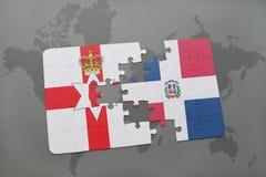 déconcertez avec le drapeau national de l'Irlande du Nord et de la République Dominicaine sur une carte du monde Images stock