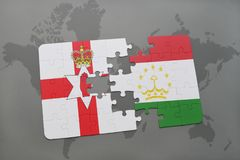 déconcertez avec le drapeau national de l'Irlande du Nord et du Tadjikistan sur une carte du monde Images libres de droits