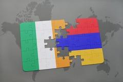 déconcertez avec le drapeau national de l'Irlande et de l'Arménie sur un fond de carte du monde Photos stock
