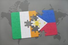 déconcertez avec le drapeau national de l'Irlande et des Philippines sur une carte du monde Photographie stock libre de droits