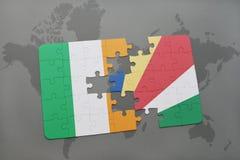 déconcertez avec le drapeau national de l'Irlande et des Seychelles sur une carte du monde Photos stock