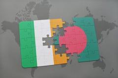 déconcertez avec le drapeau national de l'Irlande et du Bangladesh sur une carte du monde Photos libres de droits