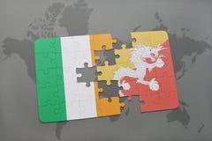 déconcertez avec le drapeau national de l'Irlande et du Bhutan sur une carte du monde Image stock