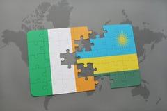 déconcertez avec le drapeau national de l'Irlande et du Rwanda sur une carte du monde Images libres de droits