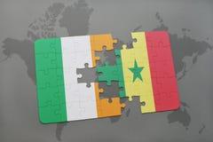 déconcertez avec le drapeau national de l'Irlande et du Sénégal sur une carte du monde Photo libre de droits