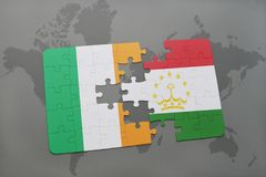 déconcertez avec le drapeau national de l'Irlande et du Tadjikistan sur une carte du monde Photos stock