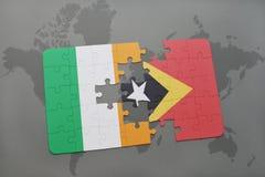 déconcertez avec le drapeau national de l'Irlande et du Timor oriental sur une carte du monde Photos libres de droits