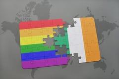 déconcertez avec le drapeau national de l'Irlande et le drapeau gai d'arc-en-ciel sur un fond de carte du monde Image libre de droits