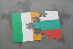 déconcertez avec le drapeau national de l'Irlande et de la Bulgarie sur un fond de carte du monde Image libre de droits