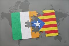 déconcertez avec le drapeau national de l'Irlande et de la Catalogne sur un fond de carte du monde Photographie stock