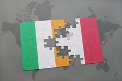 déconcertez avec le drapeau national de l'Irlande et de la Malte sur un fond de carte du monde Photo stock