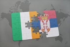 déconcertez avec le drapeau national de l'Irlande et de la Serbie sur un fond de carte du monde Photo libre de droits