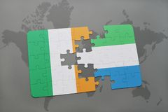 déconcertez avec le drapeau national de l'Irlande et de la Sierra Leone sur une carte du monde Photographie stock