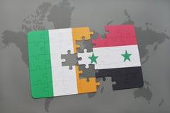 déconcertez avec le drapeau national de l'Irlande et de la Syrie sur une carte du monde Images libres de droits