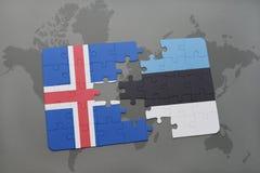déconcertez avec le drapeau national de l'Islande et de l'Estonie sur un fond de carte du monde Photo libre de droits