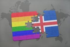déconcertez avec le drapeau national de l'Islande et le drapeau gai d'arc-en-ciel sur un fond de carte du monde Photographie stock