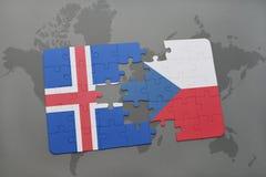 déconcertez avec le drapeau national de l'Islande et de la République Tchèque sur un fond de carte du monde Photographie stock