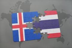 déconcertez avec le drapeau national de l'Islande et de la Thaïlande sur une carte du monde Images libres de droits