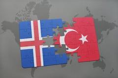 déconcertez avec le drapeau national de l'Islande et de la Turquie sur un fond de carte du monde Photos libres de droits