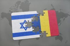 déconcertez avec le drapeau national de l'Israël et de la Roumanie sur un fond de carte du monde Images libres de droits