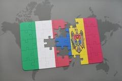 déconcertez avec le drapeau national de l'Italie et du Moldau sur un fond de carte du monde Photo stock