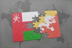 déconcertez avec le drapeau national de l'Oman et du Bhutan sur un fond de carte du monde Photo stock