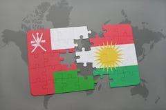 déconcertez avec le drapeau national de l'Oman et du Kurdistan sur un fond de carte du monde Photos stock