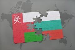 déconcertez avec le drapeau national de l'Oman et de la Bulgarie sur un fond de carte du monde Photographie stock libre de droits