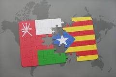 déconcertez avec le drapeau national de l'Oman et de la Catalogne sur un fond de carte du monde Photos libres de droits