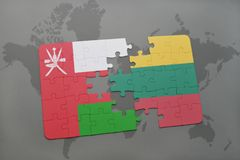 déconcertez avec le drapeau national de l'Oman et de la Lithuanie sur un fond de carte du monde Photo libre de droits