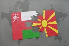 déconcertez avec le drapeau national de l'Oman et de la Macédoine sur un fond de carte du monde Images stock