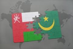 déconcertez avec le drapeau national de l'Oman et de la Mauritanie sur un fond de carte du monde Images libres de droits