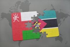 déconcertez avec le drapeau national de l'Oman et de la Mozambique sur un fond de carte du monde Photo stock