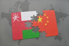 déconcertez avec le drapeau national de l'Oman et de la porcelaine sur un fond de carte du monde Image stock