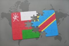 déconcertez avec le drapeau national de l'Oman et de la République démocratique du Congo sur un fond de carte du monde Photos stock
