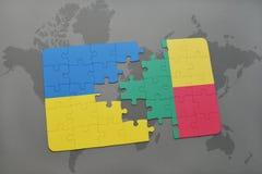 déconcertez avec le drapeau national de l'Ukraine et du Bénin sur une carte du monde Photographie stock