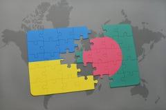 déconcertez avec le drapeau national de l'Ukraine et du Bangladesh sur une carte du monde Photographie stock