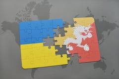 déconcertez avec le drapeau national de l'Ukraine et du Bhutan sur une carte du monde Photo stock
