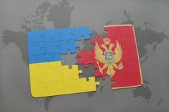 déconcertez avec le drapeau national de l'Ukraine et du Monténégro sur un fond de carte du monde Images stock