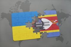 déconcertez avec le drapeau national de l'Ukraine et du Souaziland sur une carte du monde Photo libre de droits