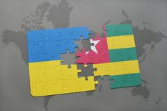 déconcertez avec le drapeau national de l'Ukraine et du Togo sur une carte du monde Photo libre de droits