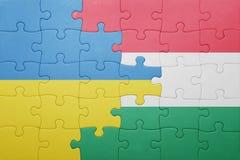Déconcertez avec le drapeau national de l'Ukraine et de la Hongrie image libre de droits